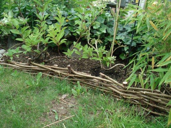 Unser selbstgemachtes kleines Weidenzäunchen, als Umrandung für die Gartenbeete.
