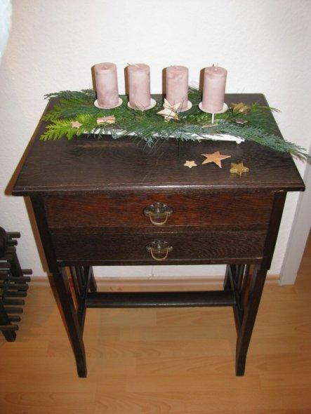 Dieses Tischchen stammt von meinem Opa, selbstgebaut und ein Verlobungsgeschenk an meine Oma! Als kleines Kind habe ich schon meinen Erbanspruch gelte