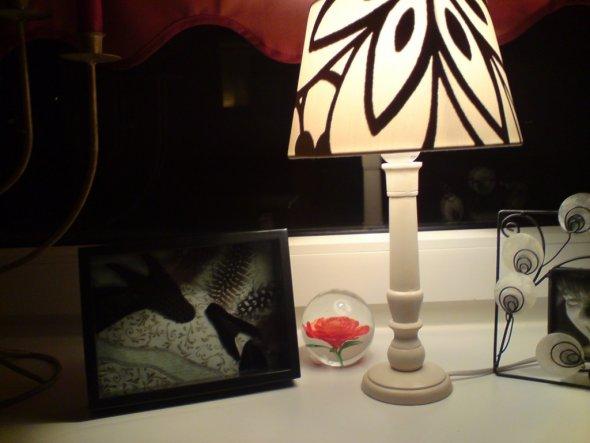 Diese Lampe beleuchtet wieder einen ganz anderen Bereich des Raumes, dadurch entstehen andere Schatten, andere Stimmungen.