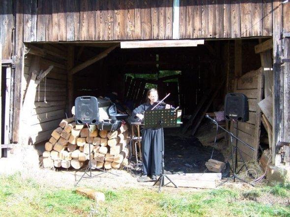 Eine Bekannte spielt zum Tag des offenen Denkmals auf der E-Geige