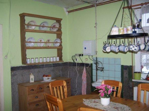 Hab unsere alte Küche neu gestrichen..ist natürlich immer noch unsaniert, aber da die Küche mit als letztes dran ist und ich die alte Tapete nicht meh