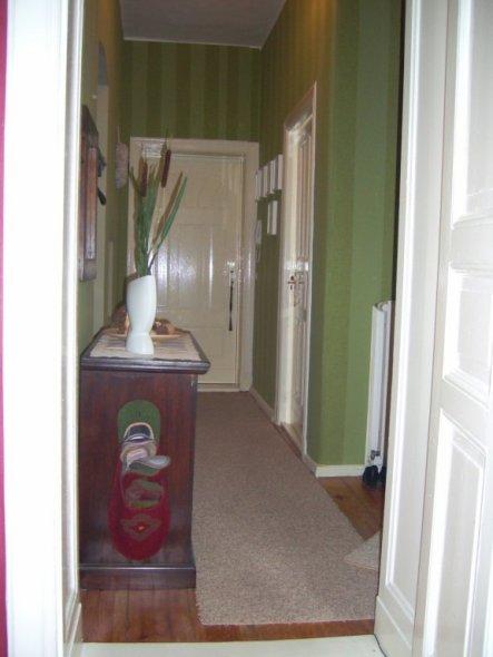 Ansicht Richtung Wohnungstür. Gegenüber des Schränkchens geht es ins Bad. ...und Gästepantoffeln hab ich auch :-)