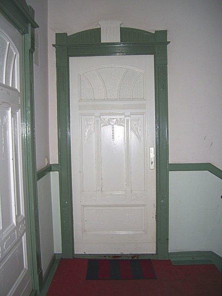 noch die origninal alten Türen, allerdings mit modernen Schlössern.