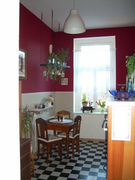 der Essplatz ist derselbe wie in der alten Wohnung und auch die Position ist so geblieben, da die Küche den gleichen Schnitt hat, wie die vorherige. A