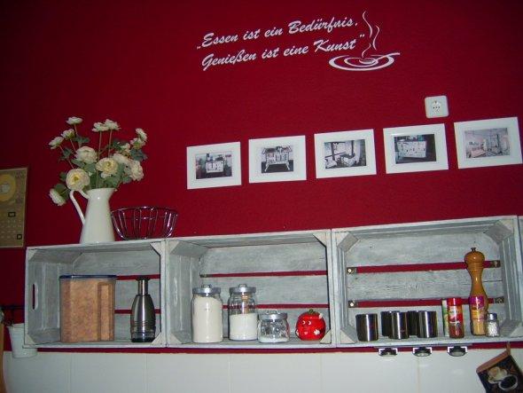 die ursprünglich dunkelbraunen Weinkisten habe ich weiß gelaugt und als neue Ablage über die Küchenzeile gehängt.