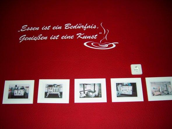 Oberhalb der Küchenzeile haben 6 wunderschöne alte Kochmaschinen-Bilder ihren Platz gefunden. Passend dazu ein schönes Wandtattoo von wallart.de. Dadu