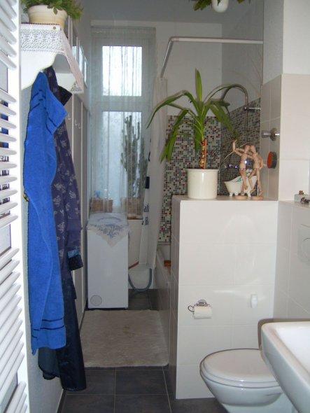 im vorderen Bereich ist das Bad knapp 2 m breit. Hinter der Mauer befindet sich die Badewanne.