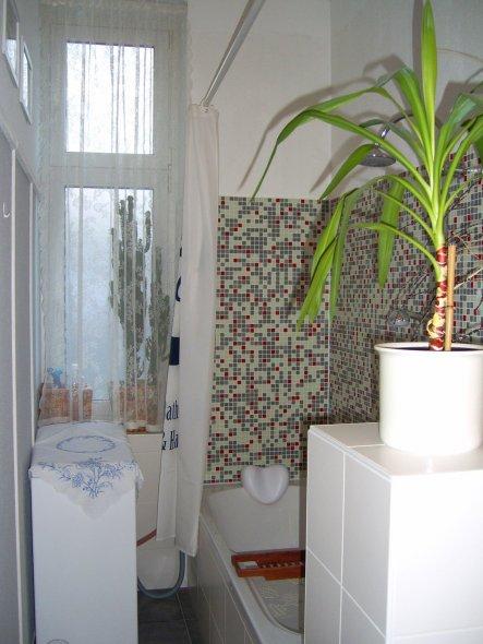 Am Fußende der Badewanne geht die Mauer in eine schöne breite Ablage über, wo man bei einem entspannenden Bad viele Kerzen aufstellen kann.