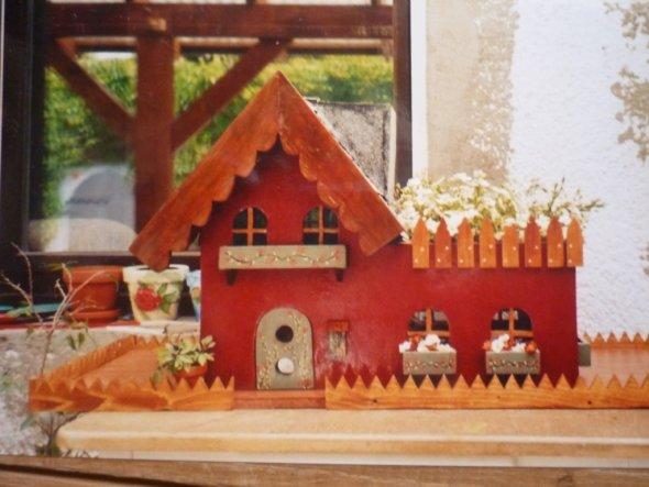 Dieses Häuschen mit Balkon steht heute in der Gartenanlage meiner Cousine.Auch vor einigen Jahren selbst gebaut mit hilfe meines Mannes.