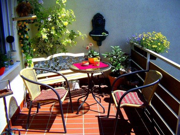 terrasse balkon 39 balkon und vorgarten 39 hier wird schon gelebt zimmerschau. Black Bedroom Furniture Sets. Home Design Ideas