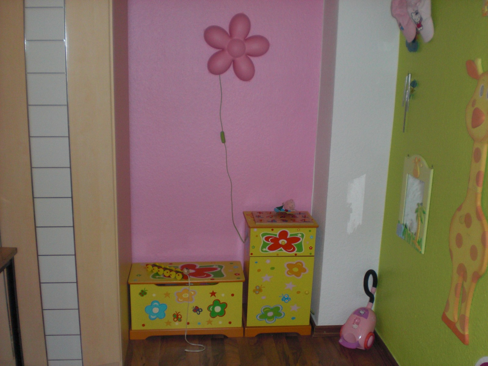 kinderzimmer 39 stacy alicia chayenne s rosa suite mit hello kitty 39 endllich platz f r alle. Black Bedroom Furniture Sets. Home Design Ideas