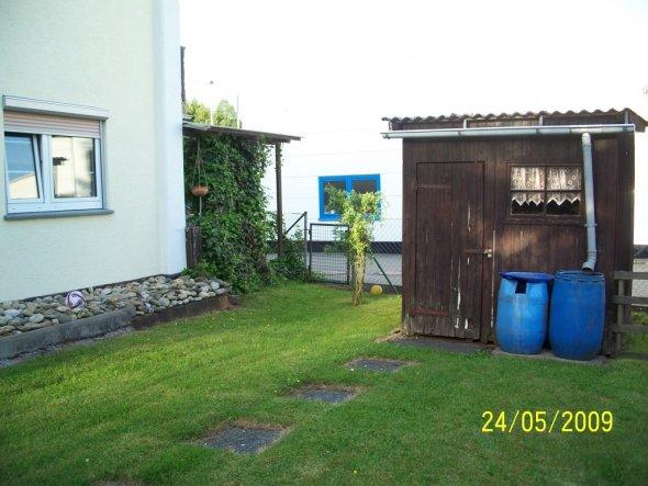 Ein Teil des Hauses von hinten,mit Schuppen und meiner Wäscheecke,die sich hinter dem Efeu befindet!