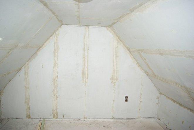 Der Rohbau seines Zimmers, muss nur noch abgeschliffen und grundiert, sowie Tapeziert werden.