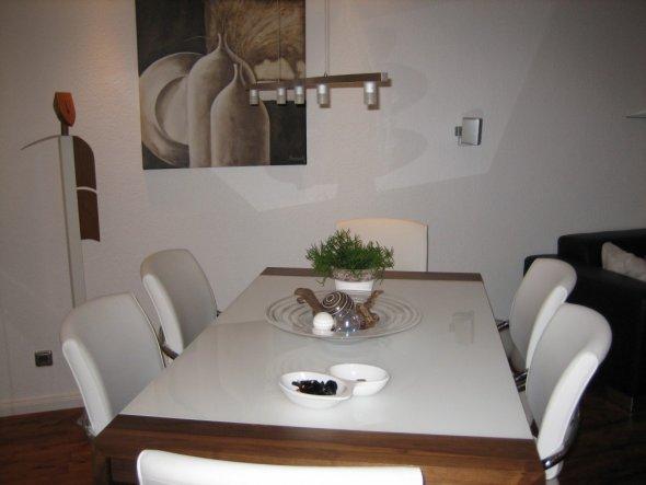 Beim nächsten Streichen (ist demnächst soweit) wird die Lampe an der diagonale des Tisches angepasst. Ehemals stand dieser paralell zum Sideboa