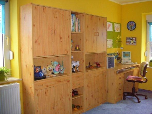 Das sind noch die alten Kinderzimmermöbel der beiden Großen. Da er bestimmt in 3 Jahren auch ein modernes Teenie-Zimmer möchte haben wir jetzt nicht e