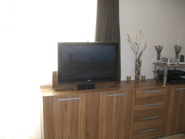 Ganz interessantes Highlight der elektrisch versenkbare Fernseher!