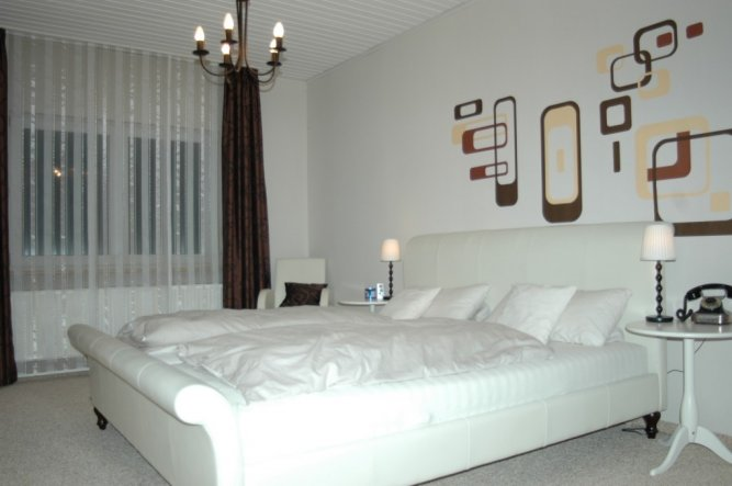 Ist ein weißes Leder-Bett. Und natürlich die die neue Matratze.
