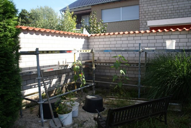 In dieser Ecke ist im Garten am längsten die Sonne... Also der Ideale Platz für eine Sonnenecke...! Mal sehen wie und wann wir sie ferti