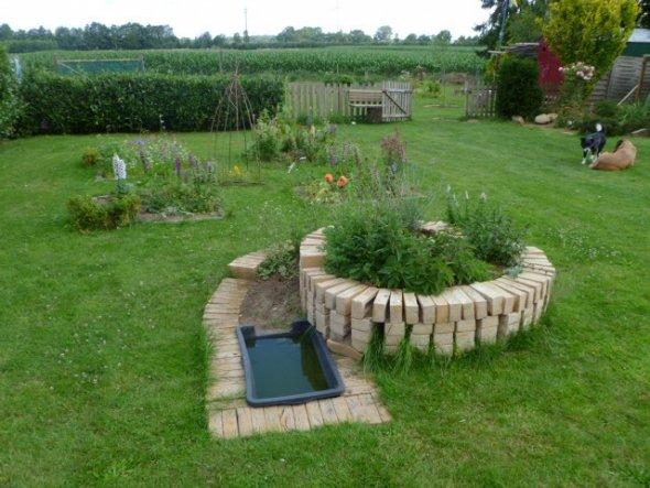 Selbstgebaute Kräuterschnecke mit Bewässerungssystem.
