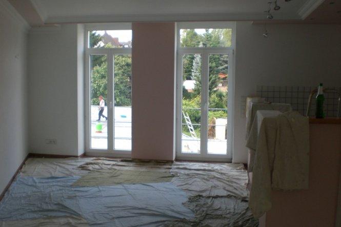 große fenster spenden viel licht und in 1-2 jahren ist auch ein balkon geplant. aber erstmal wird der garten genutzt.