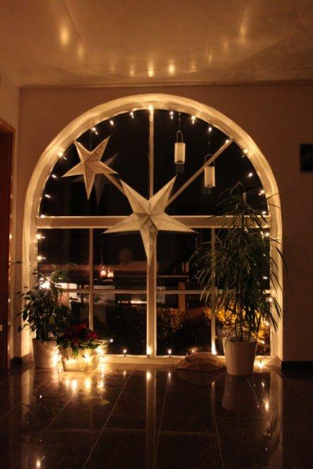 weihnachtsdeko im flur frohe weihnachten in europa. Black Bedroom Furniture Sets. Home Design Ideas
