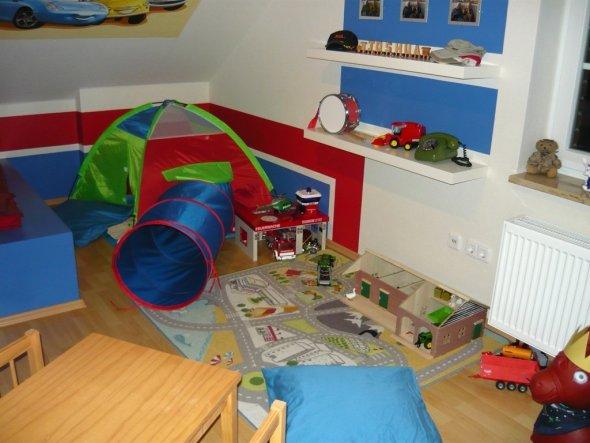 Kinderzimmer Dachschräge rundes Fenster Spielraum
