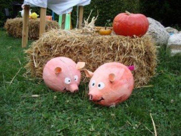 Bauernhofparty selbstgebastelte Schweinchen aus Pappmachee