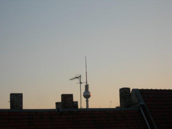 Hier der Blick auf den Fernsehturm in der Abenddämmerung