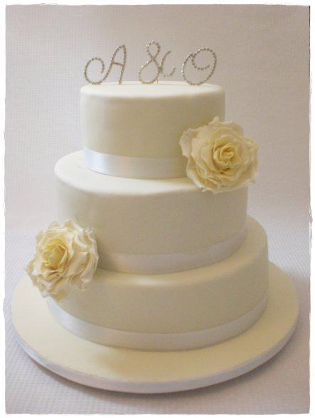 Hochzeitstorte mit 3 verschiedenen Füllungen :-) Unten Scokokuchen mit Ganache, in der Mitte weieße schokoladen- Joghurt-sahne füllung mit mandarinen,