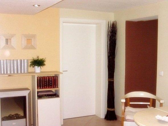 Das Braune hier rechts im Bild ist ein Teil der Wohnzimmerwand. Hier gibt es nämlich keine Tür, sondern nur einen Durchgang.