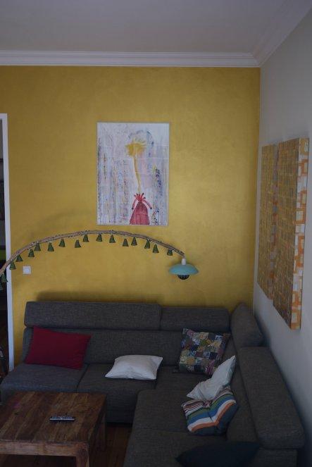 Sitzecke mit selbstgebastelter Lampe aus Strandgut, Lampe aus Ikea-Bambusschale und Leuchtmittel von NUD und Lichterketter von räder