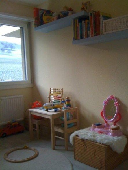 Regal, Kindertisch mit Stühlen
