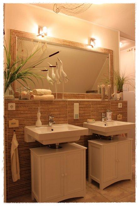 Auf der Rückseite von den Waschtischen, ist die begehbare Dusche....mit Regendusche...