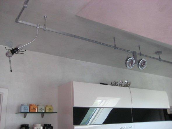 Küchenbeleuchtung von Oligo (Schienensystem), Leuchtelemente können an verschiedenen Stellen einfach aufgesteckt werden.