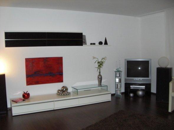 habe nun an der Wand, wo der Fernseher steht, endlich meine neue Schrankwand aufgebaut