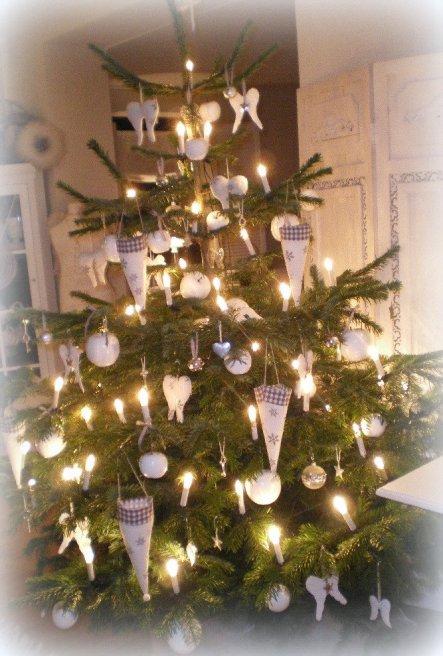 Zum Abschluss der Weihnachtsbilder von 2012 nun noch unser Baum. Dieses Jahr hat sich ein klitzekleines, bißchen grau dazu gesellt.