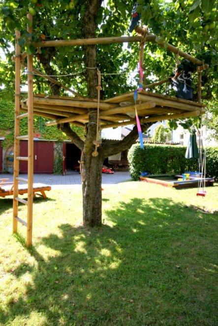 Der Apfelbaum mit seinen vier gabelnen Ästen war wie geschaffen für das Baumhaus, die tragenden Hölzer sind nur mit Seilen mit dem Baum verbunden.