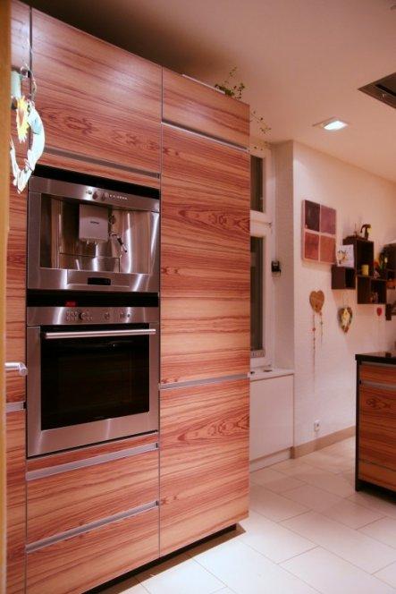 Auf der anderen Seite sind Kühlschrank, Kaffeemaschine und Backofen untergebracht
