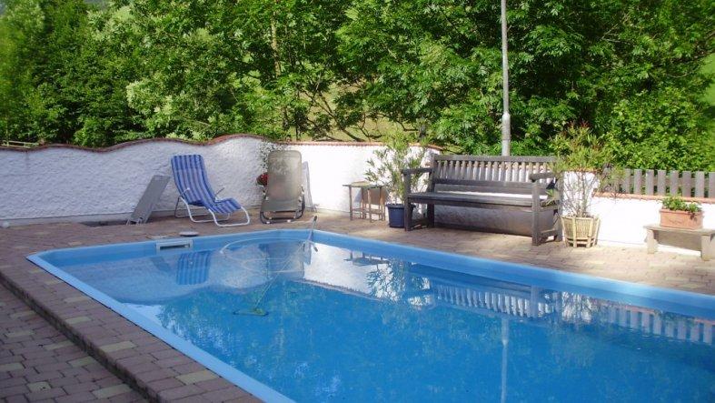 pool schwimmbad 39 gartenanlage 39 haus im gr nen zimmerschau. Black Bedroom Furniture Sets. Home Design Ideas
