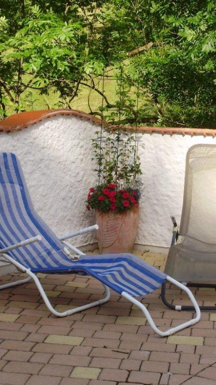 Mauer wurde mit Ziegeln gemacht und dann verputzt. Oben drauf sind Tonziegel (Schindeldach)