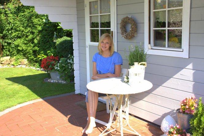 Gestern war ich mit den Kindern im Gartencenter und da haben wir diesen Tisch super günstig bekommen...passt doch perfekt vor´s Hüttchen, oder?? So wi