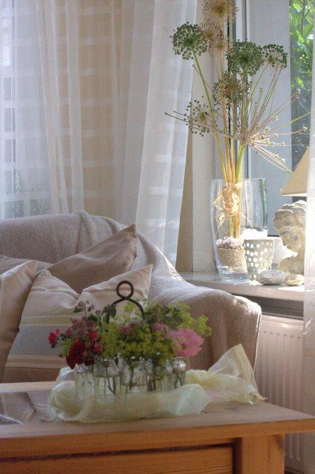 Den verblühten Allium /Riesenlauch aus dem Garten habe ich in einer großen Glasvase mit Sand und Muscheln am Fenster dekoriert.