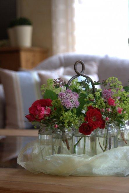 Aus dem Garten einige Röschen und Frauenmantel - selfmade-Deko :-)