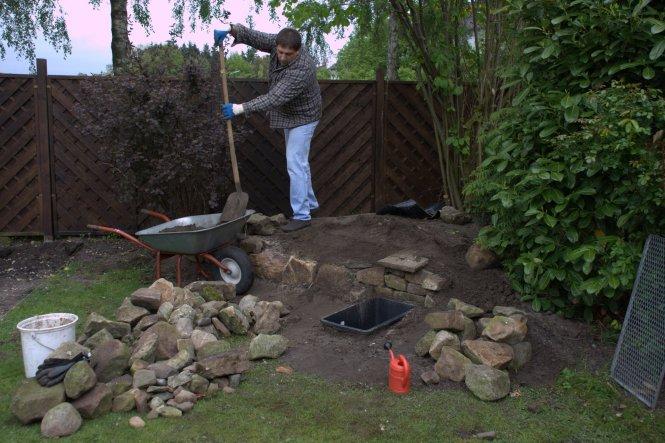 """Erdaushub war reichlich vorhanden, da wir für das Fundament für den Gartenhaus-""""Umzug"""" reichlich Erde """"über""""hatten. Die Steine/Fin"""