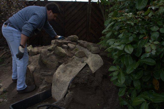 """Diese bereits mit Steinen """"beklebte"""" Teichfolie kann man in verschiedenen Breiten kaufen. Mein Mann hat mit den Händen die """"Rinnen"""""""