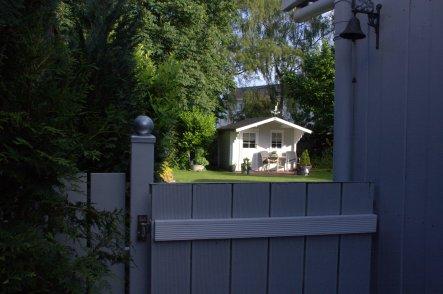 auch unser Gartenhäuschen hat einen frischen Anstrich bekommen :-)