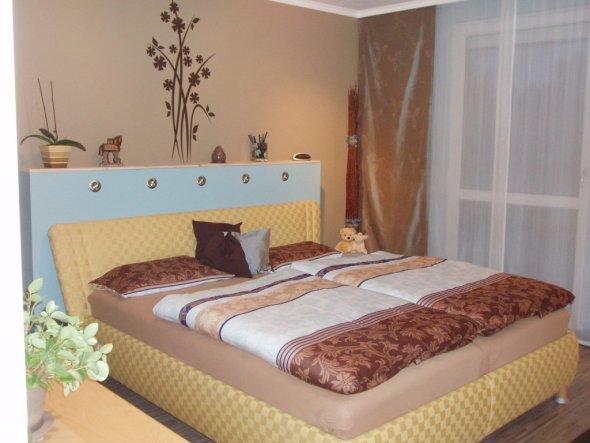 """also mutig gelb, braun und blau gemixt, und das Bett vor unser erstes """"mit Rigips selber bauen-Ergebnis"""" positioniert"""