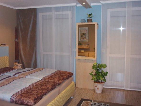 An der Decke der Restbestand der alten Wand, mit Holz verkleidet und Einbauspots gesetzt