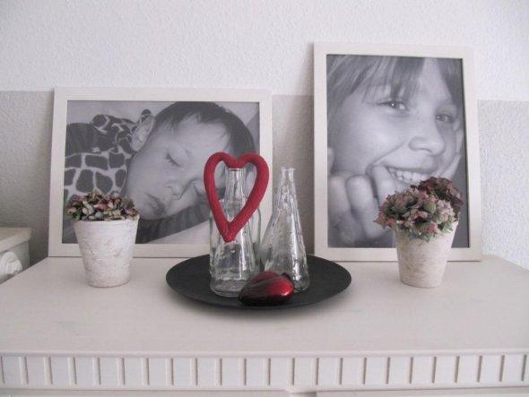 Schränkchen neu dekoriert. Die Fotos meiner 2 Süßen stehen wohl nur vorläufig drauf, bis sie irgendwann mal in die Wand können...