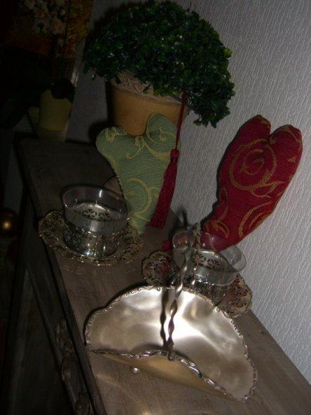 Die Tee-Tassen habe ich noch von meiner Mutter...ganz zartes Glas. Ein Wunder, dass sie noch nicht zerbrochen sind